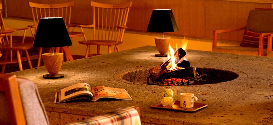 暖炉ラウンジ